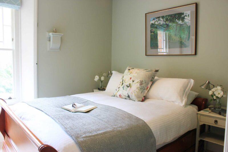 Bee bedroom to window